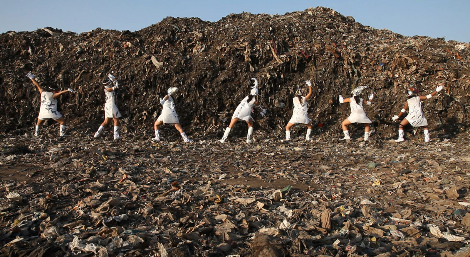 Tejal Shah, 'Between the Waves - Landfill Dance,' HD Video, 2012. Courtesy of the artist, Barbara Gross Galerie, Munich, and Project 88, Mumbai.